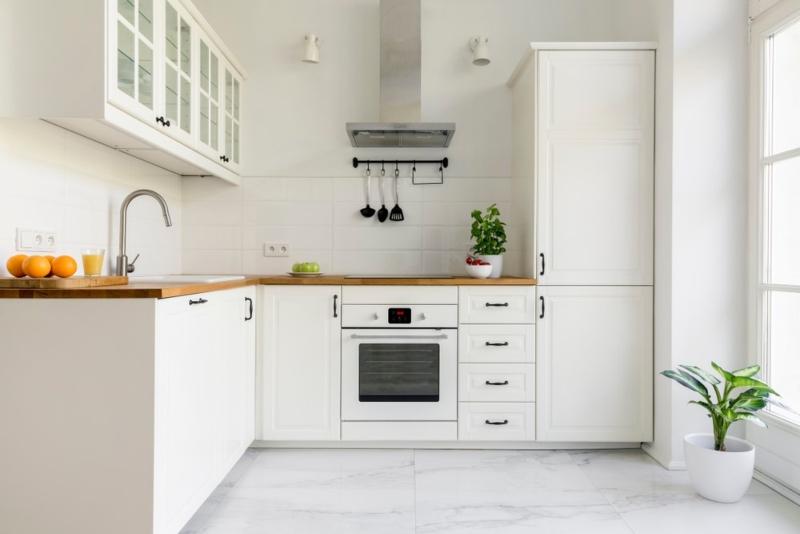 Tủ bếp chữ L màu trắng phong cách Scandinavian