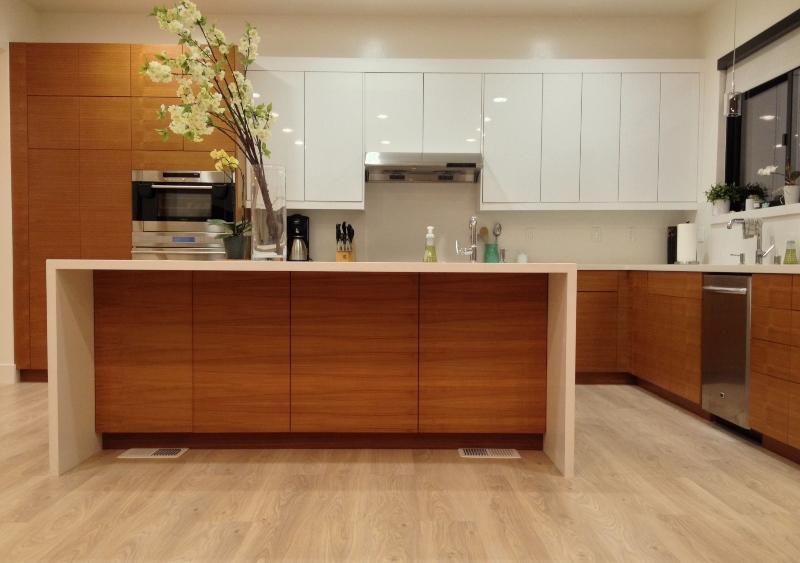 Tủ bếp kết hợp bàn đảo làm từ vật liệu gỗ công nghiệp